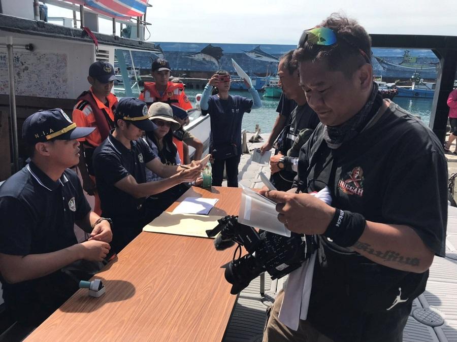 戒護船工作人員於臺東縣成功鄉成功漁港接受內政部移民署查驗