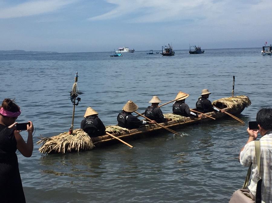 5名划手自臺東縣長濱鄉烏石鼻漁港啟航