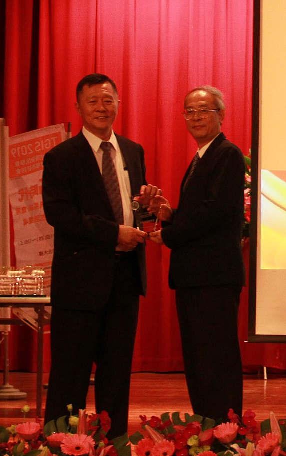 國立宜蘭大學崔教授國強頒發第15屆金圖獎予本部國土測繪中心劉主任正倫