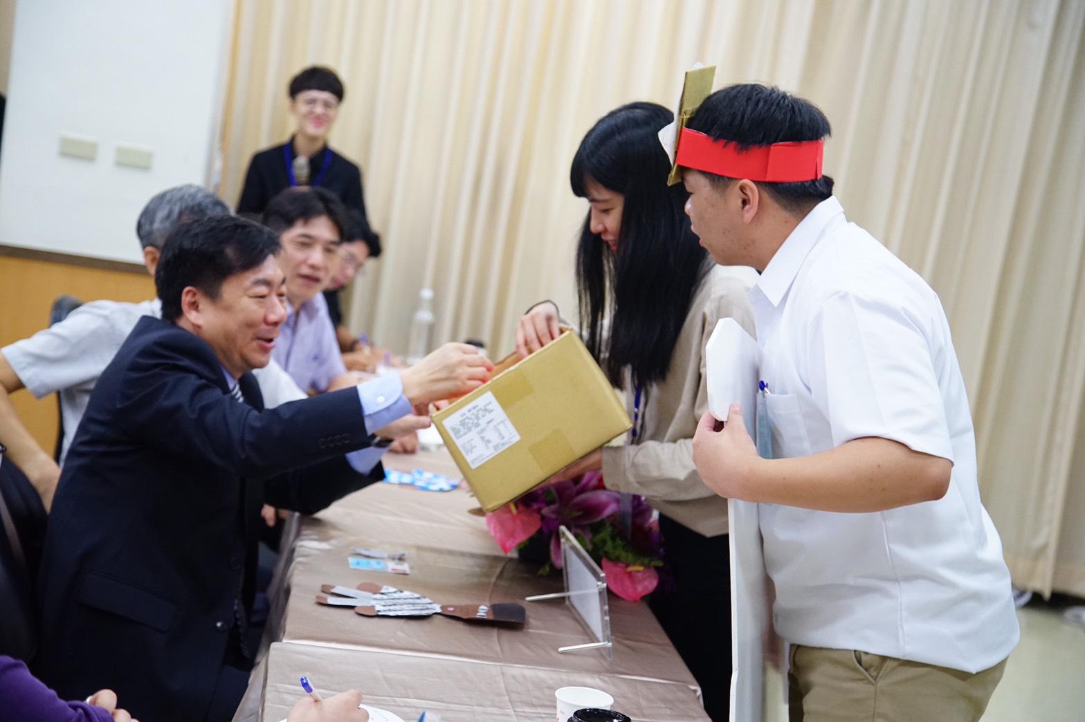 內政部政務次長陳宗彥(左)與學員互動體驗行銷