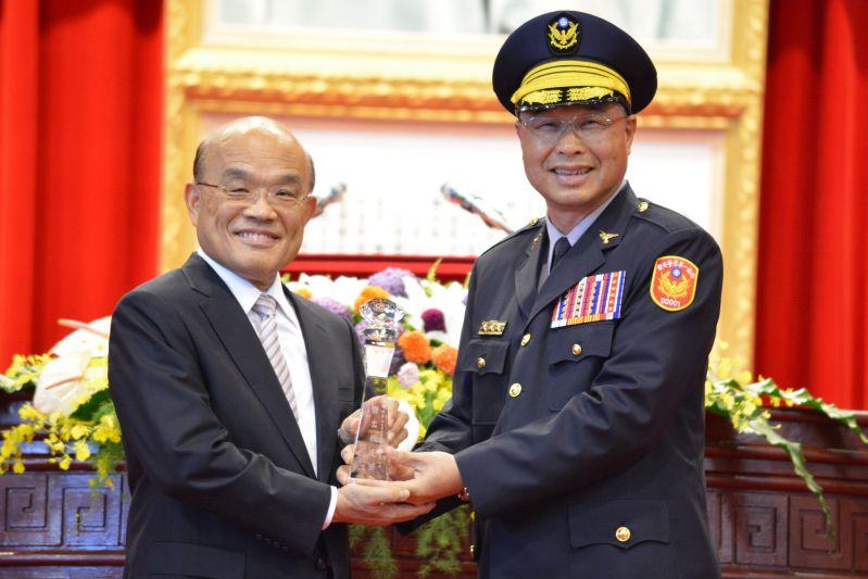 蘇貞昌院長頒獎表揚警察大學傑出校友陳福榮總隊長