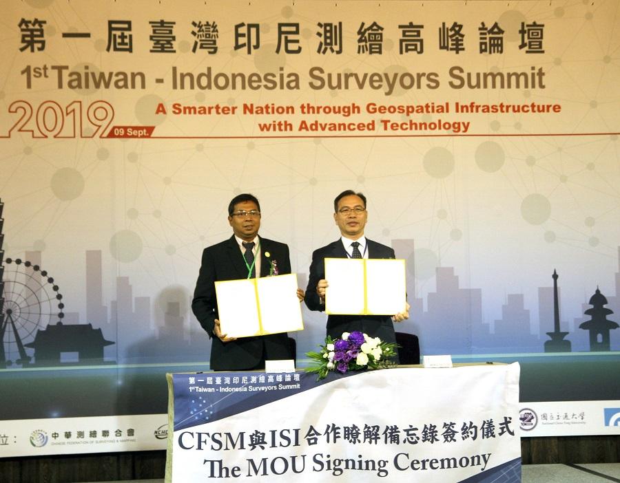 中華測繪聯合會王啟鋒會長與印尼測量師協會Virgo Eresta Jaya主席簽署MOU合影留念