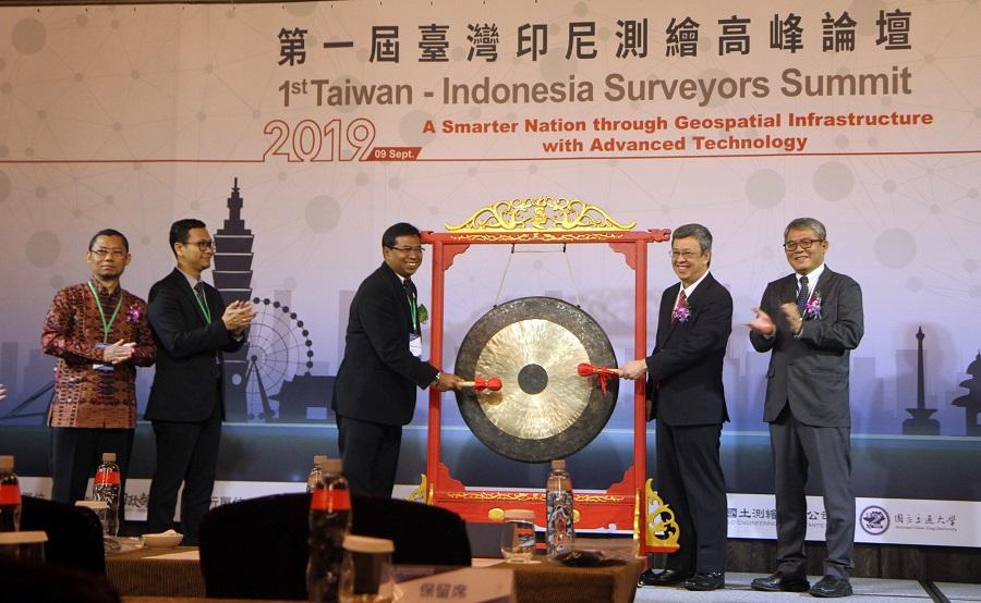 陳副總統、本部花敬群次長及印尼代表敲鑼象徵啟動論壇1