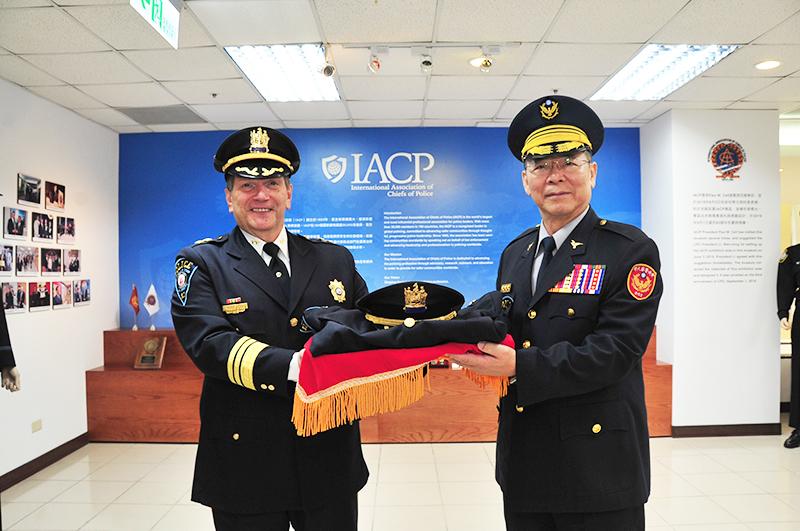 Paul Cell致贈美國蒙克萊爾州立大學警長制服
