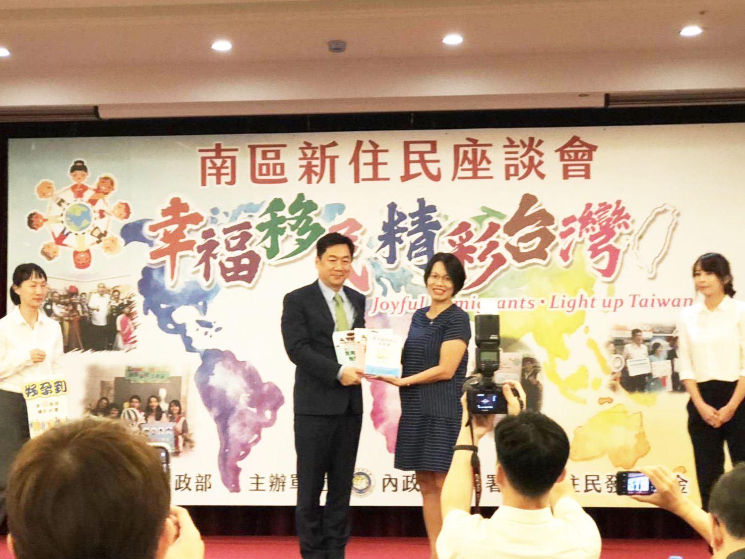 內政部政務次長陳宗彥(左)讚許青河努力不懈精神,堪稱新住民的表率