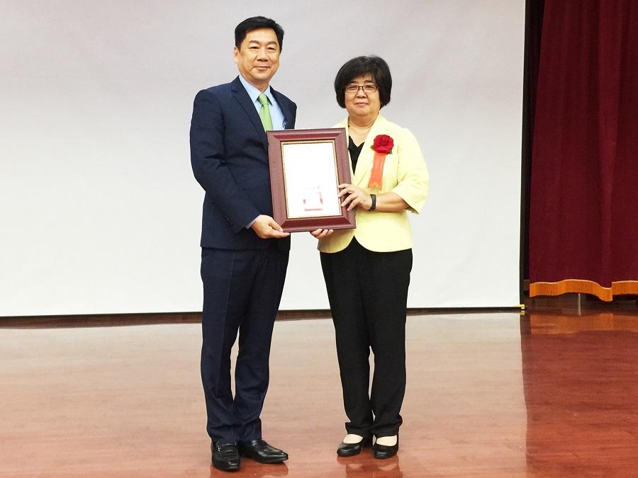 內政部陳宗彥政務次長與獲獎地方政府代表合影