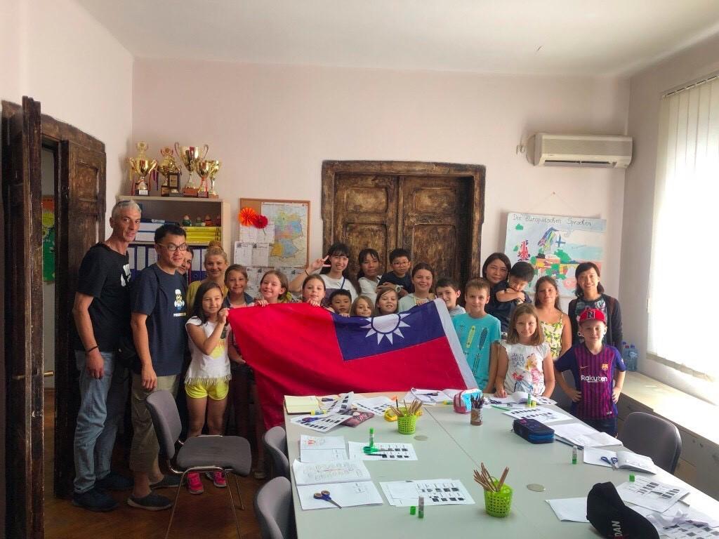 林聿綸(後排中)與爸爸(左)參訪北馬其頓學校