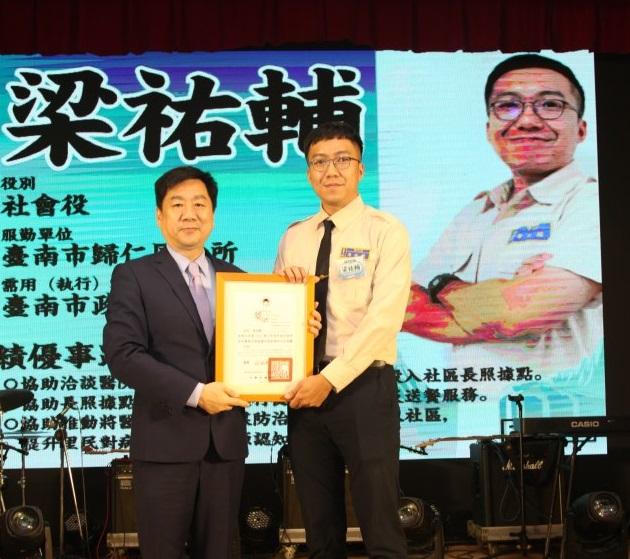 內政部政務次長陳宗彥(左)表揚績優役男