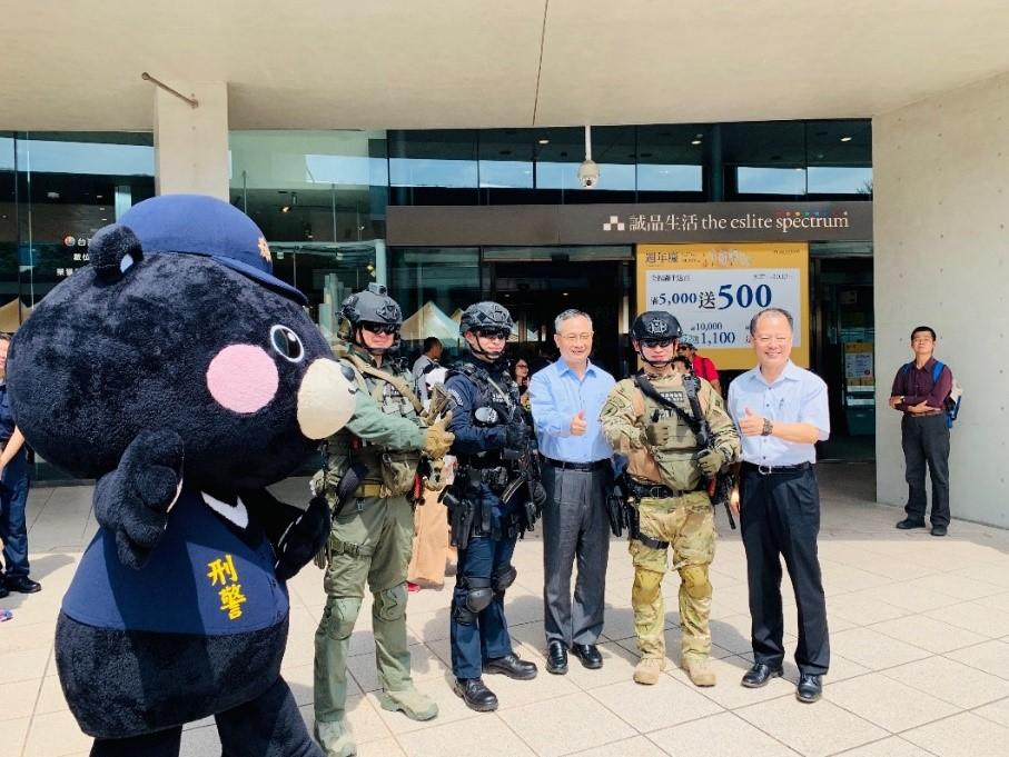 警政署陳署長家欽與刑事Bear及同仁在遊會活動現場與民眾互動作罪預防宣導