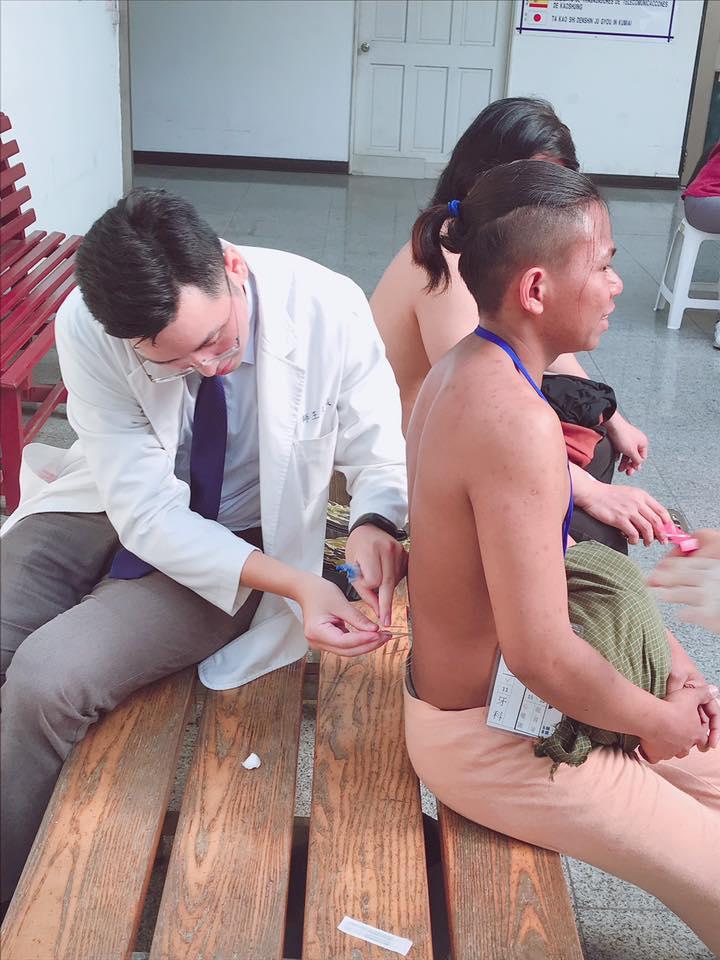 醫師為外籍漁工針灸治療