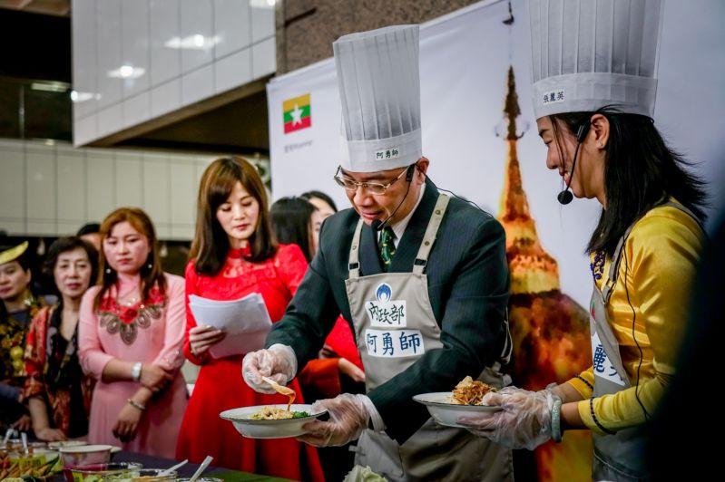 徐國勇部長與緬甸空姐新住民張麗英歡喜作美食