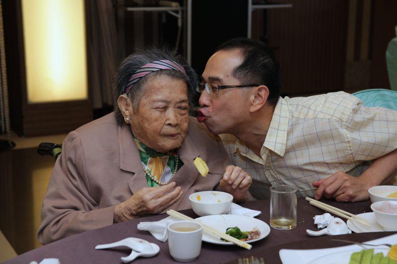 孝行楷模張聰停先生陪伴媽媽開心共進晚餐