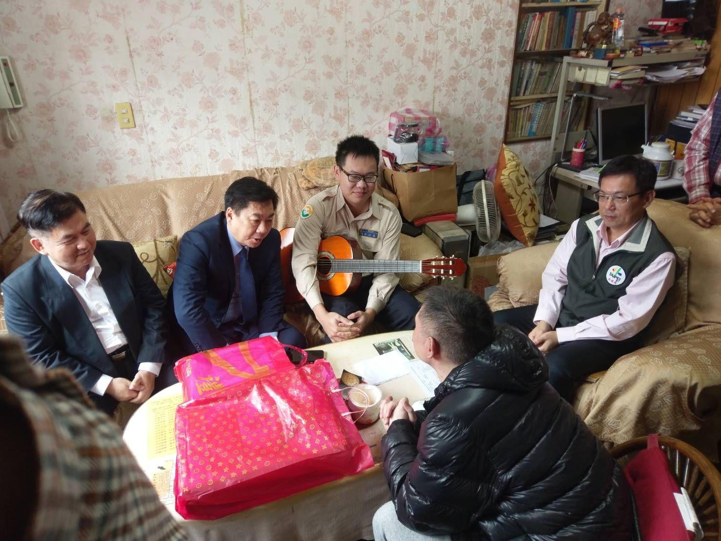 陳宗彥次長(左二)慰問因公受傷弟兄