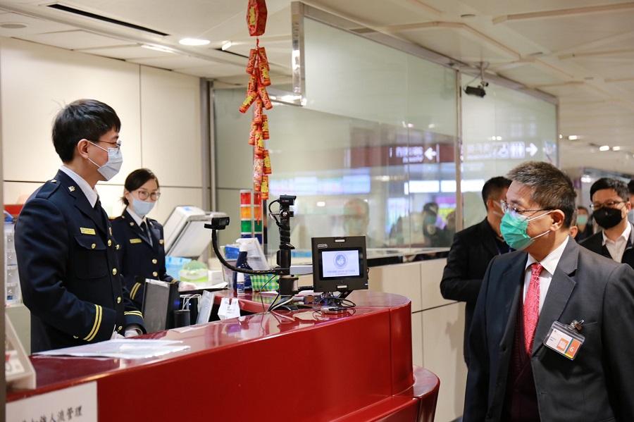 徐國勇部長經過桃園機場入境公務檯,為移民署同仁加油打氣