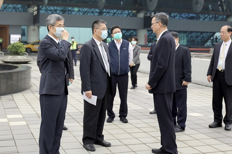 徐部長抵達桃園機場第二航廈,瞭解今日入境旅客通關情形