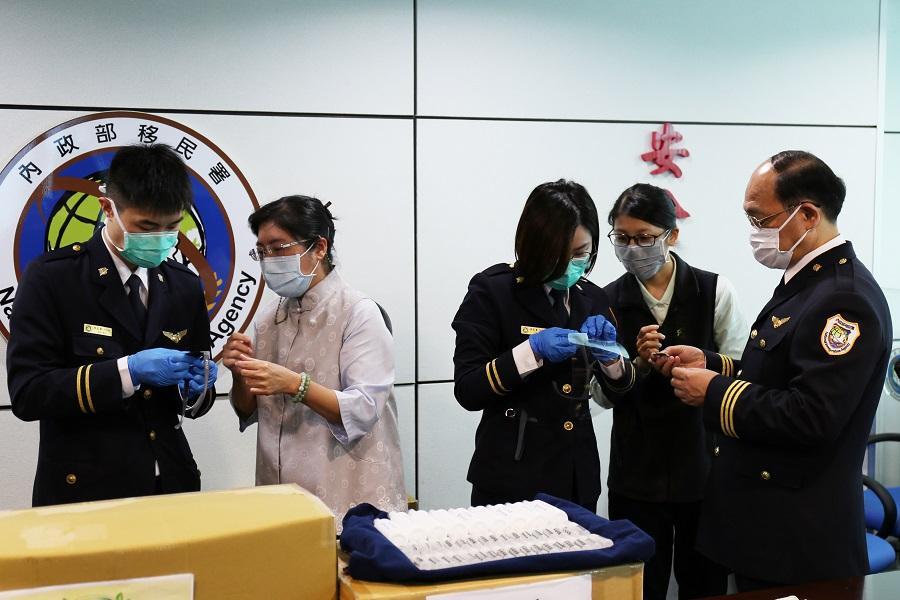 慈濟師姐教導移民官組裝防護面罩