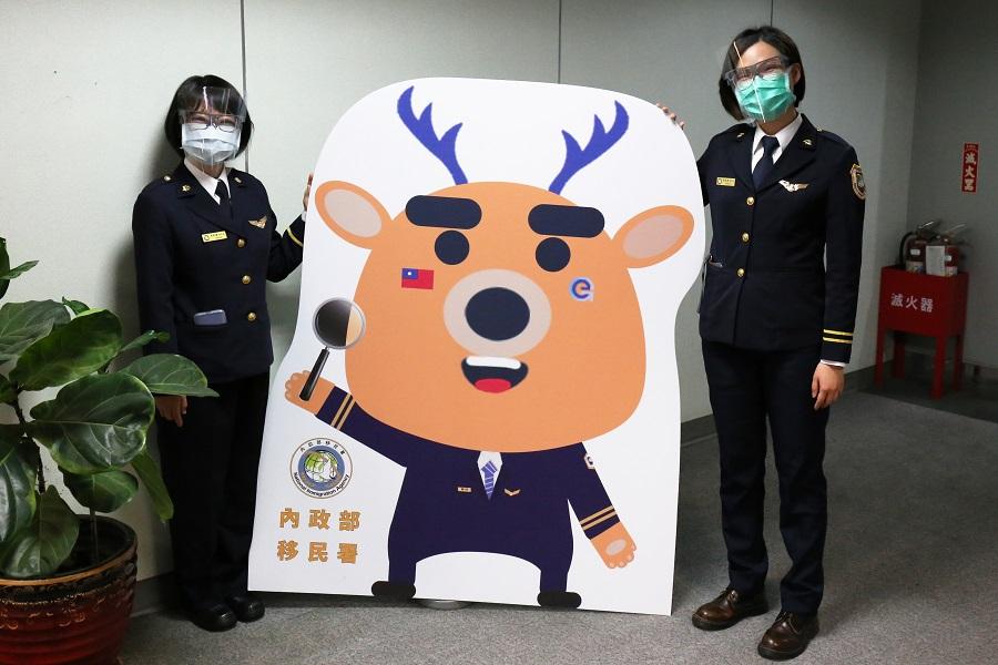配戴防護面罩的移民官