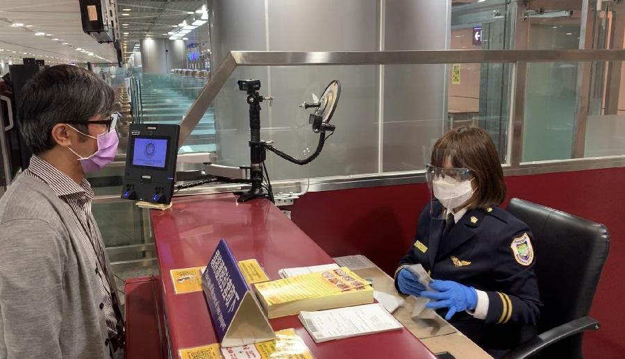 移民官配戴防護面罩值勤