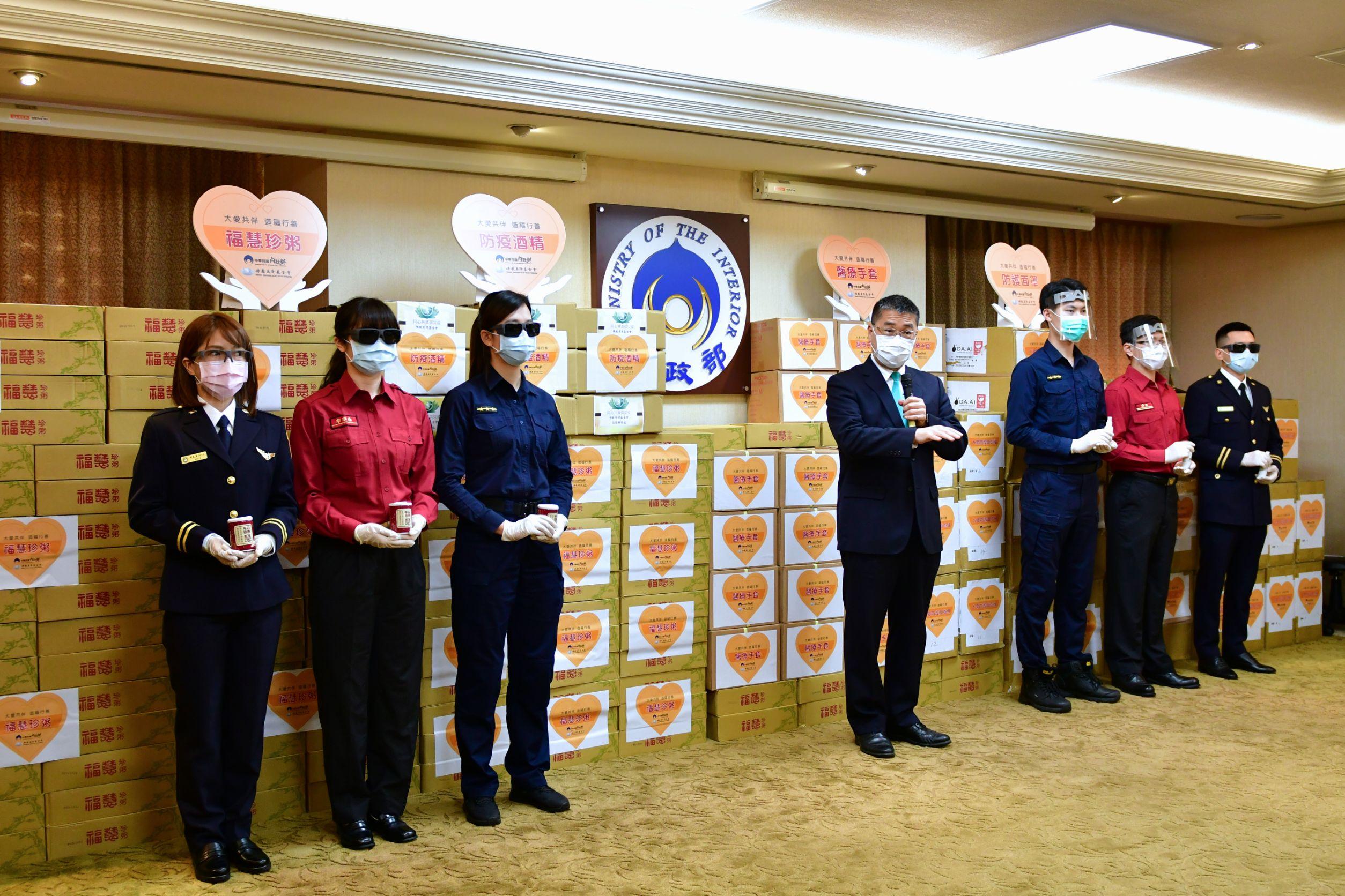 徐國勇感謝慈濟,努力把各類防疫物資集結起來,捐給政府