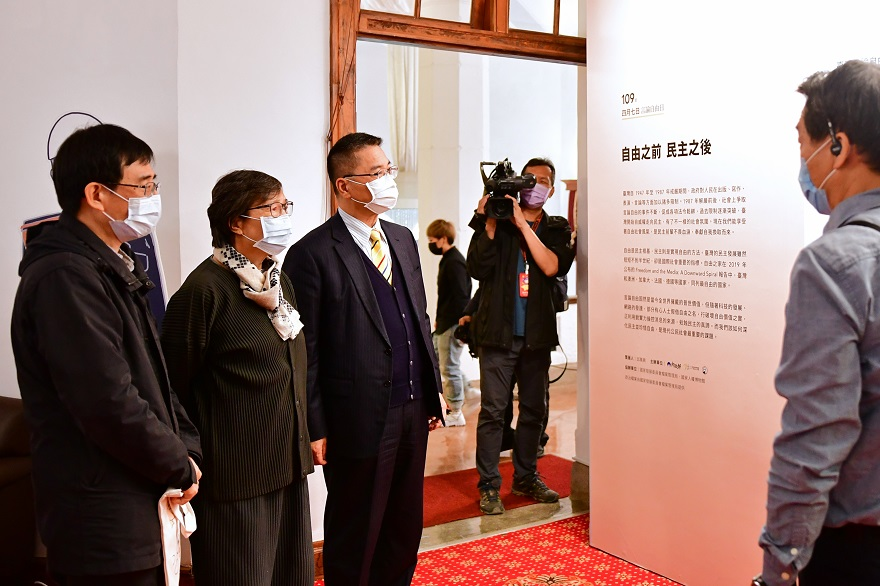 徐部長、葉菊蘭女士、二二八基金會薛化元董事長參觀文物展