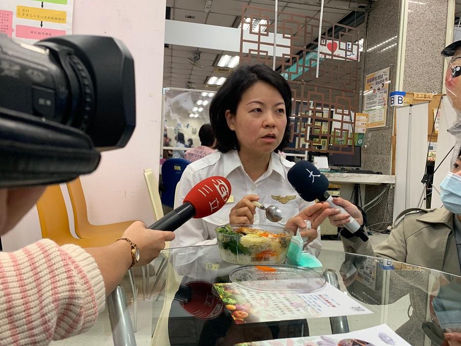 2.移民署同仁快樂吃素食便當,響應素食防疫救地球。