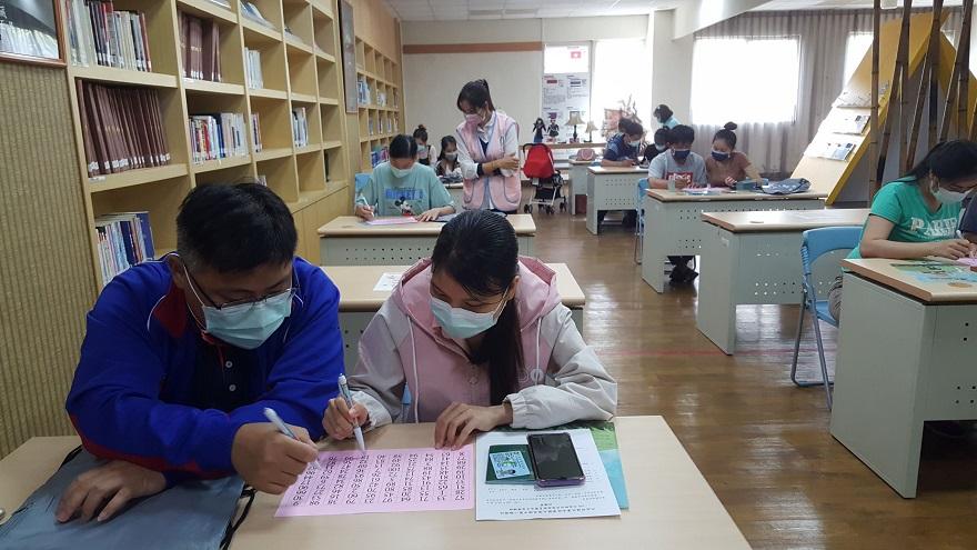 高雄市第二服務站家庭教育課程,蘇森永老師藉由活潑的教學方式,結合活動拉近夫妻間的默契
