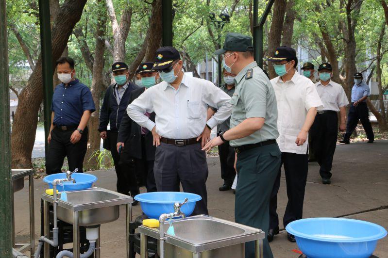 徐國勇部長檢視訓練班洗手設備
