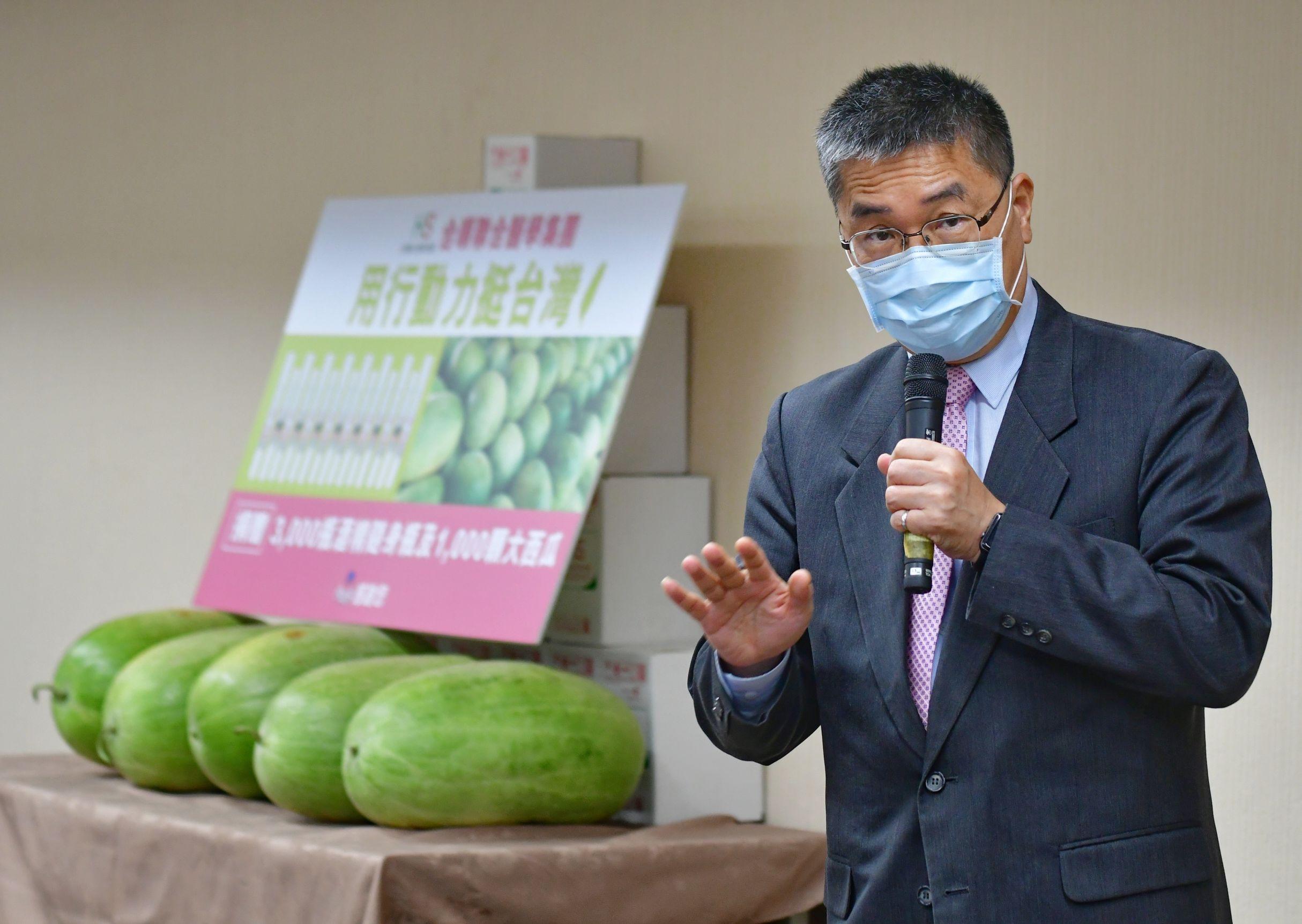 內政部長徐國勇歡迎國人多多購買台灣的農產品,一起振興內需,幫助農民挺過疫情。