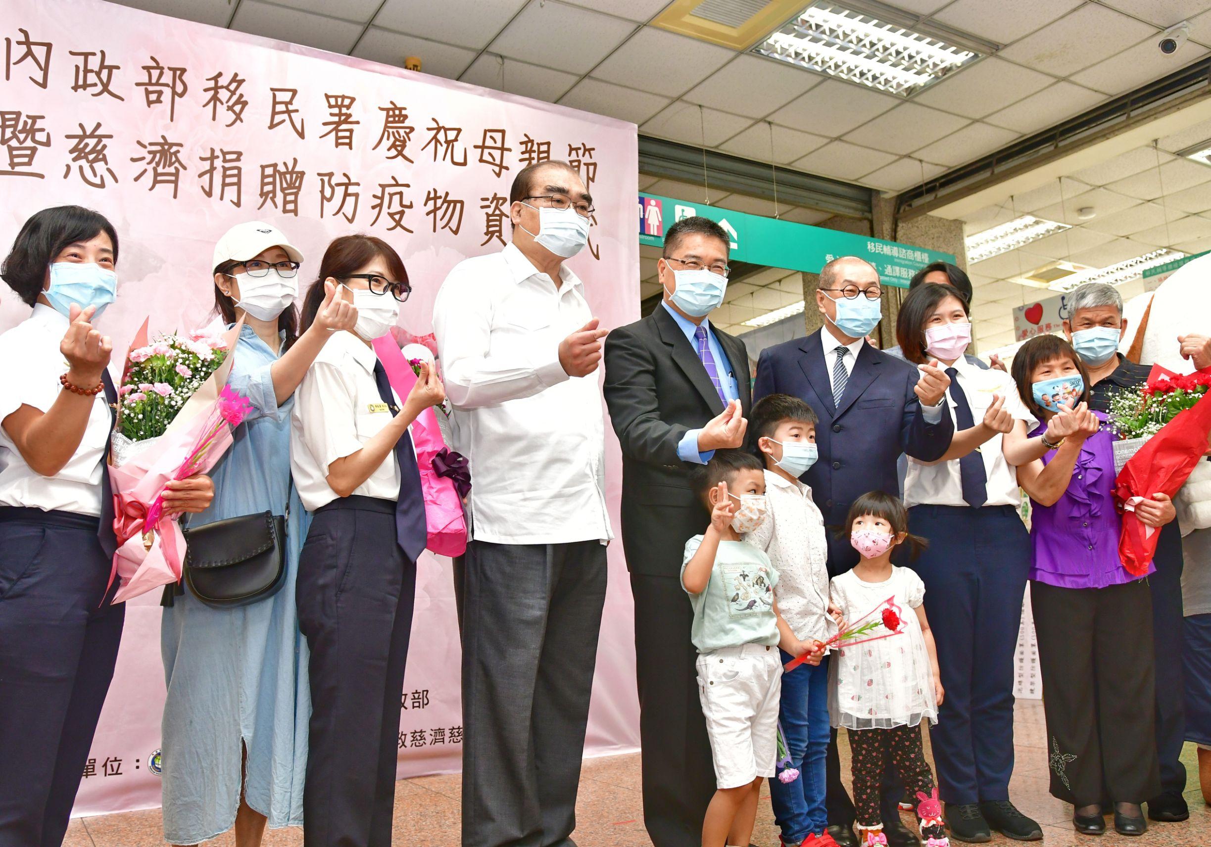 徐國勇部長(右3)與慈濟代表及移民官代表合影