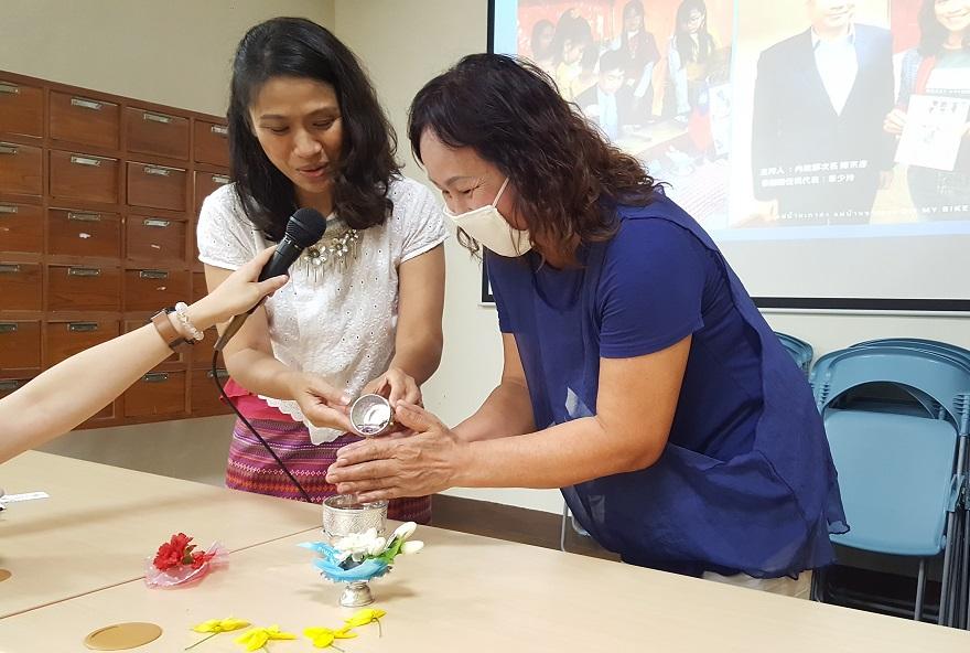 泰籍講師章少玲藉活潑方式教學,更結合泰國母親節文化風俗並邀請學員上前體驗多元文化