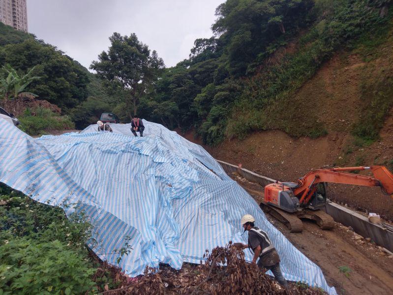 開挖坡面以帆布作臨時保護