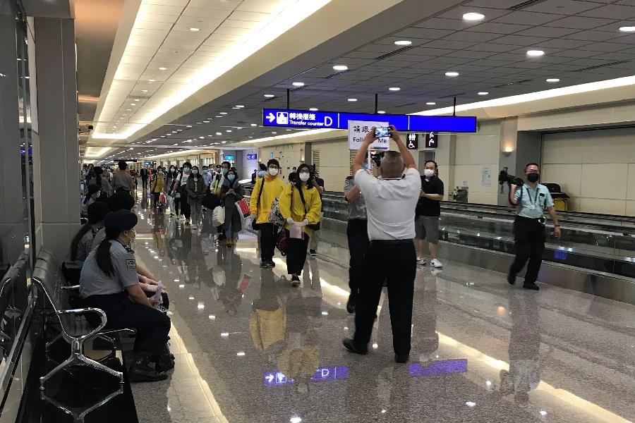 旅客下機後步出登機門,前往入境查驗區