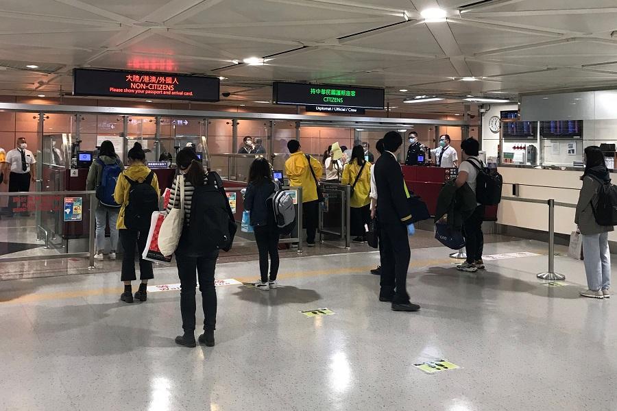 旅客排隊等候移民署入境查驗通關