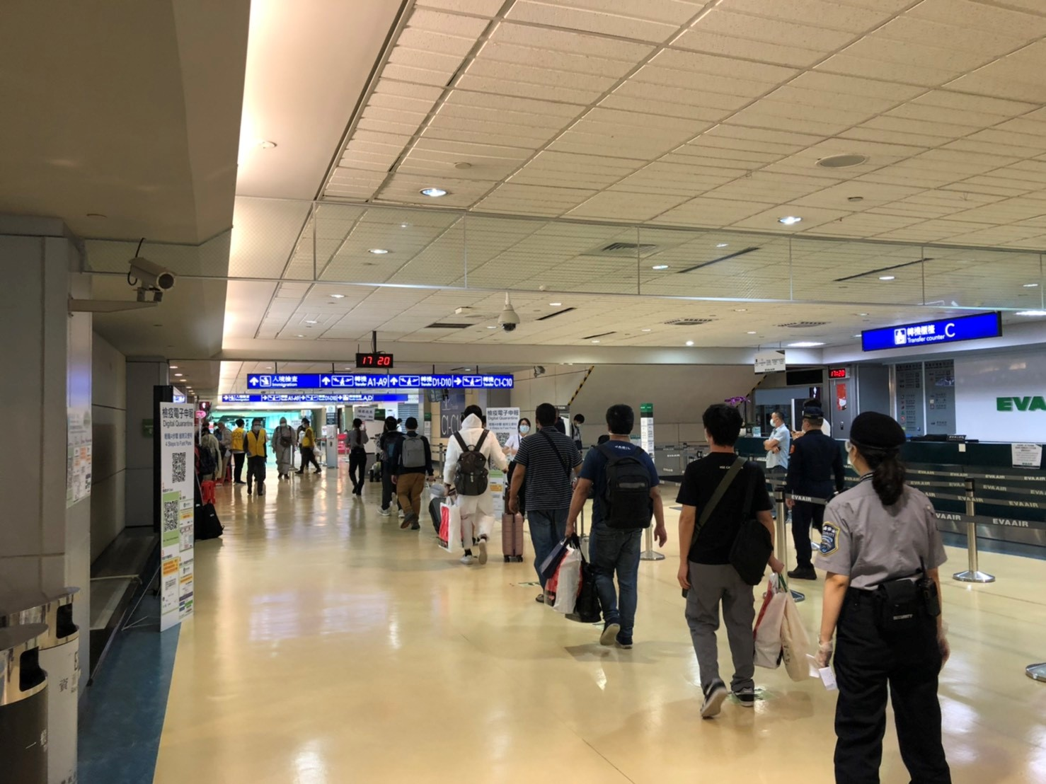 旅客步出登機門後前往入境查驗區