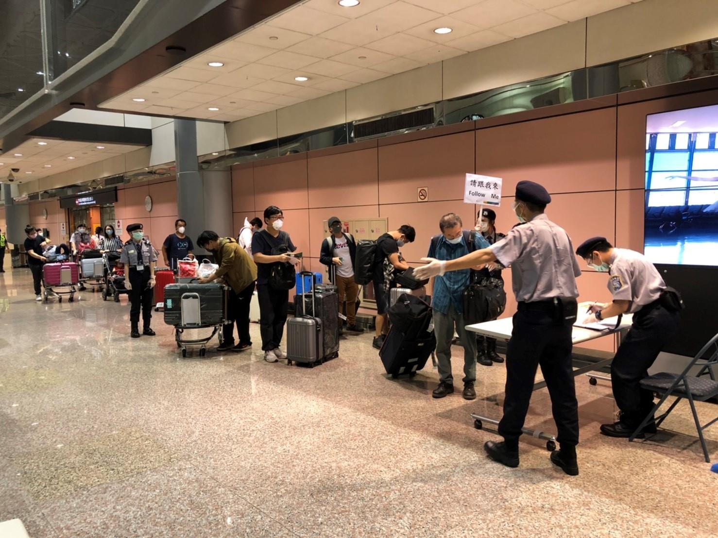 旅客於入境大廳等候搭乘防疫巴士