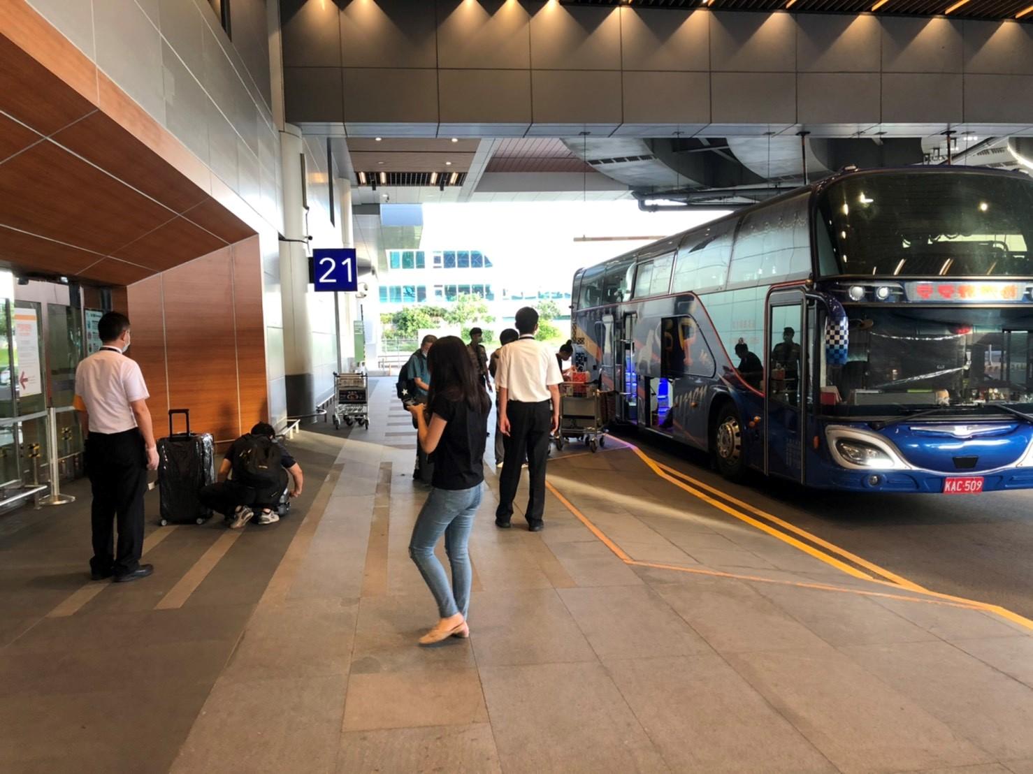 搭乘防疫巴士準備離開機場