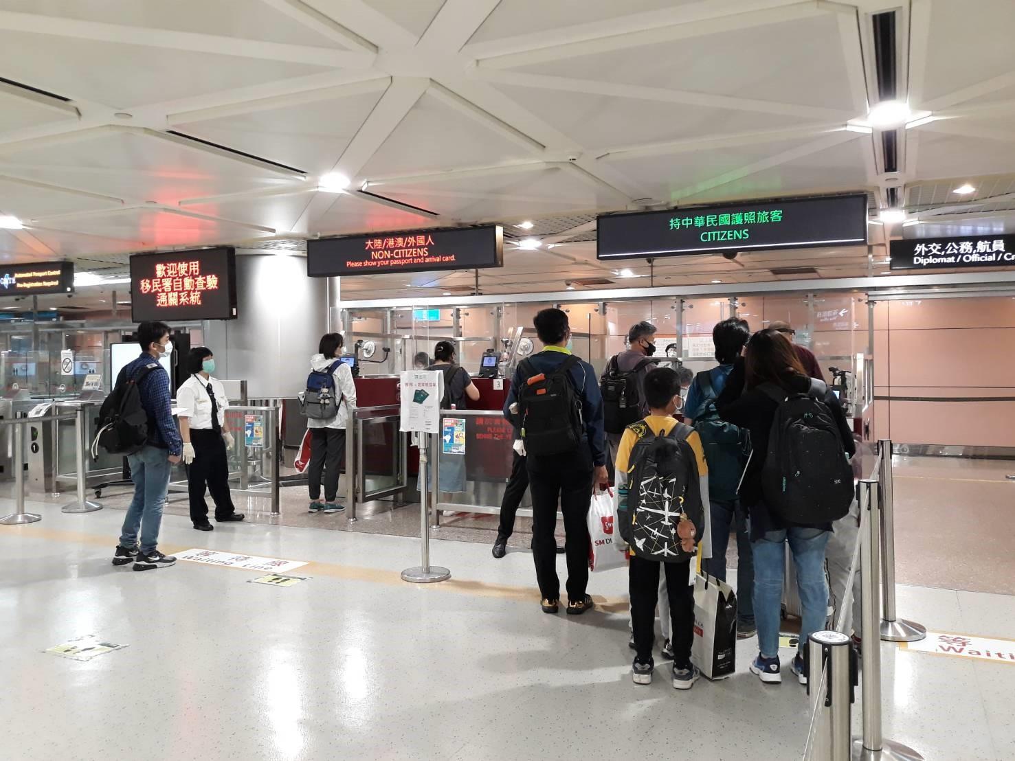 旅客排隊等候入境查驗通關