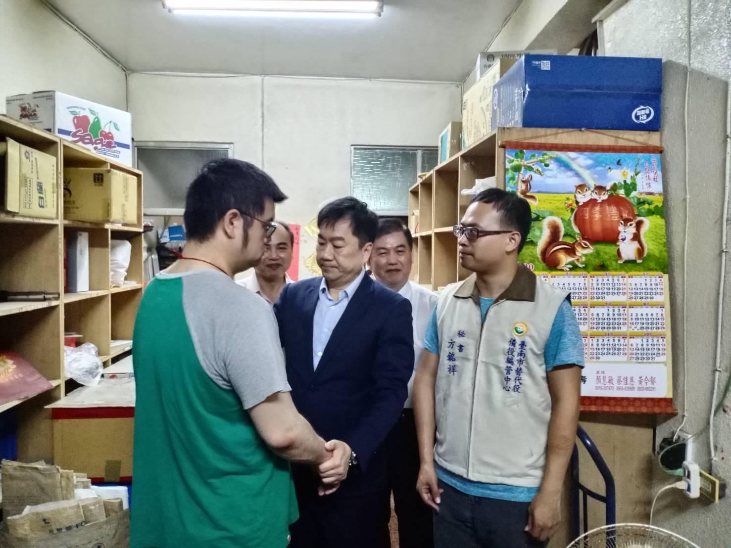陳宗彥次長鼓勵替代役役男(左)服役因公受傷弟兄