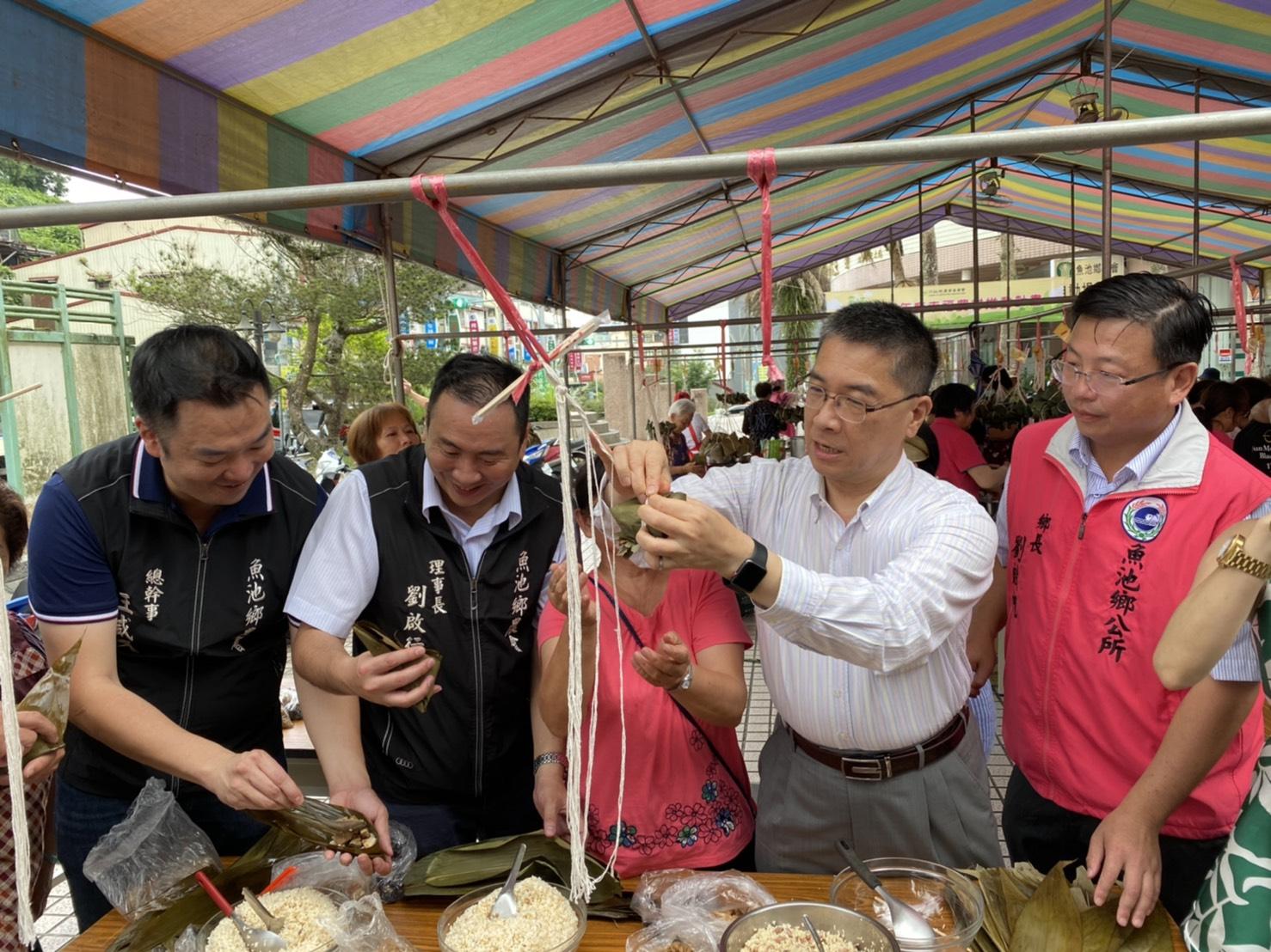 徐國勇部長也應景現場包粽子提前歡應端午節
