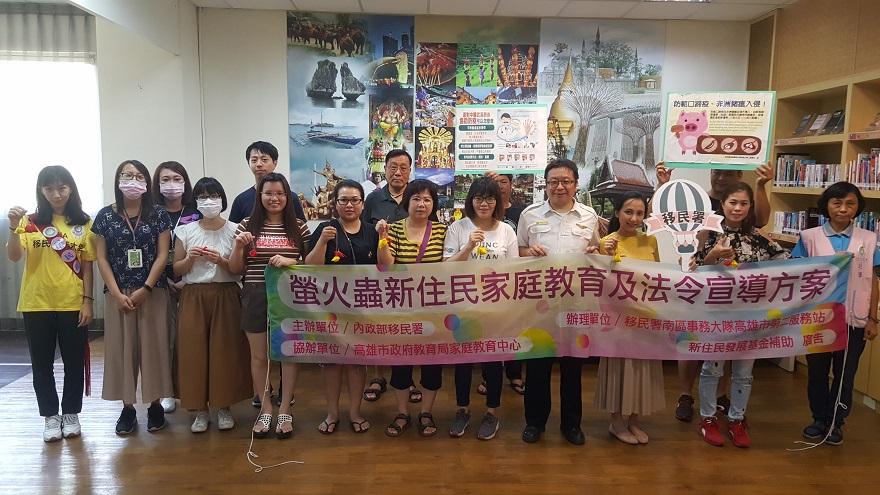 服務站同仁與新住民及家屬開心合影,並展示親手製作的「防蚊蟲粽子香包」