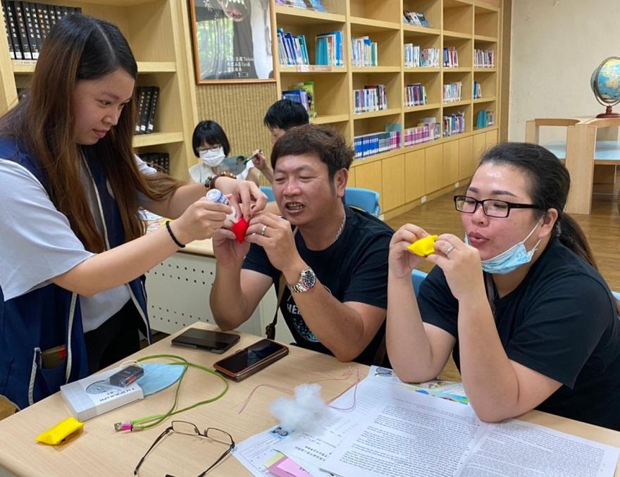 高雄市第二服務站邀請初入境新住民及其家屬手作具有節慶特色的「防蚊蟲粽子香包」
