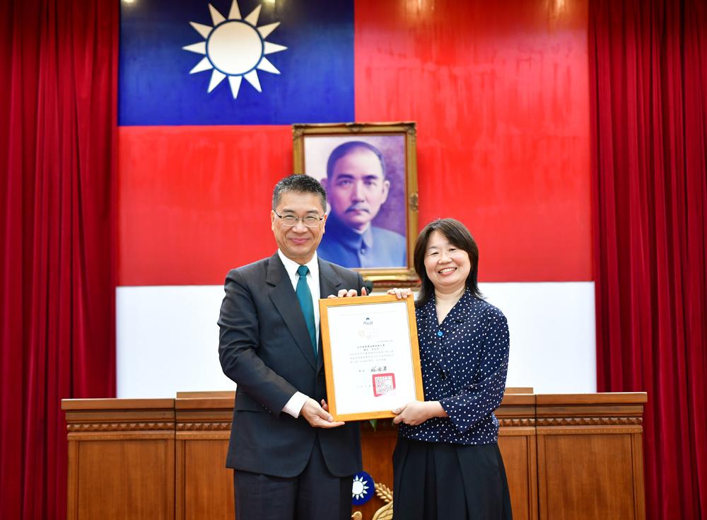 營建署城鄉發展分署課長李玫欣(右)獲內政部模範公務員表揚