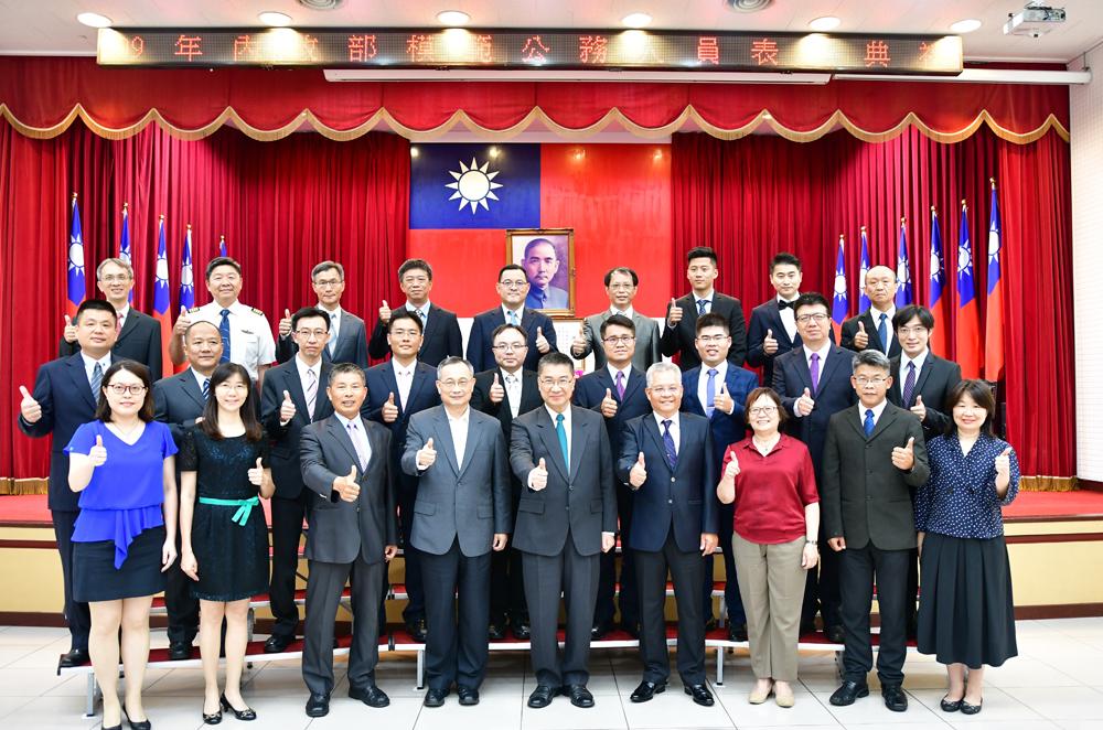 內政部長徐國勇(第一排中)與模範公務員合影