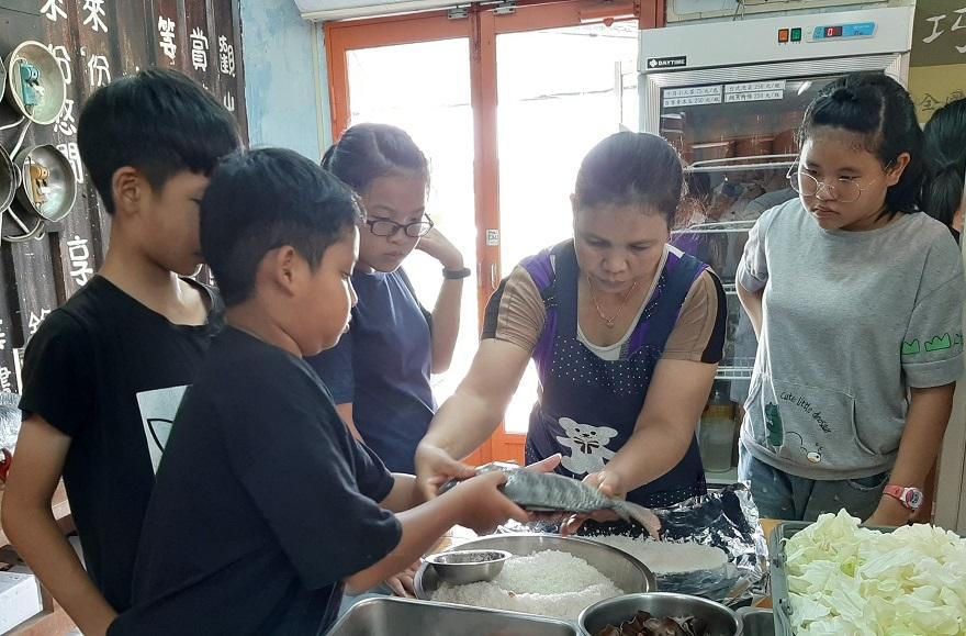 來自泰國的新住民賴雅姿(右二)現任巧匠舞音店長,她不凡的韌性,成為新二代學習的最佳教材。