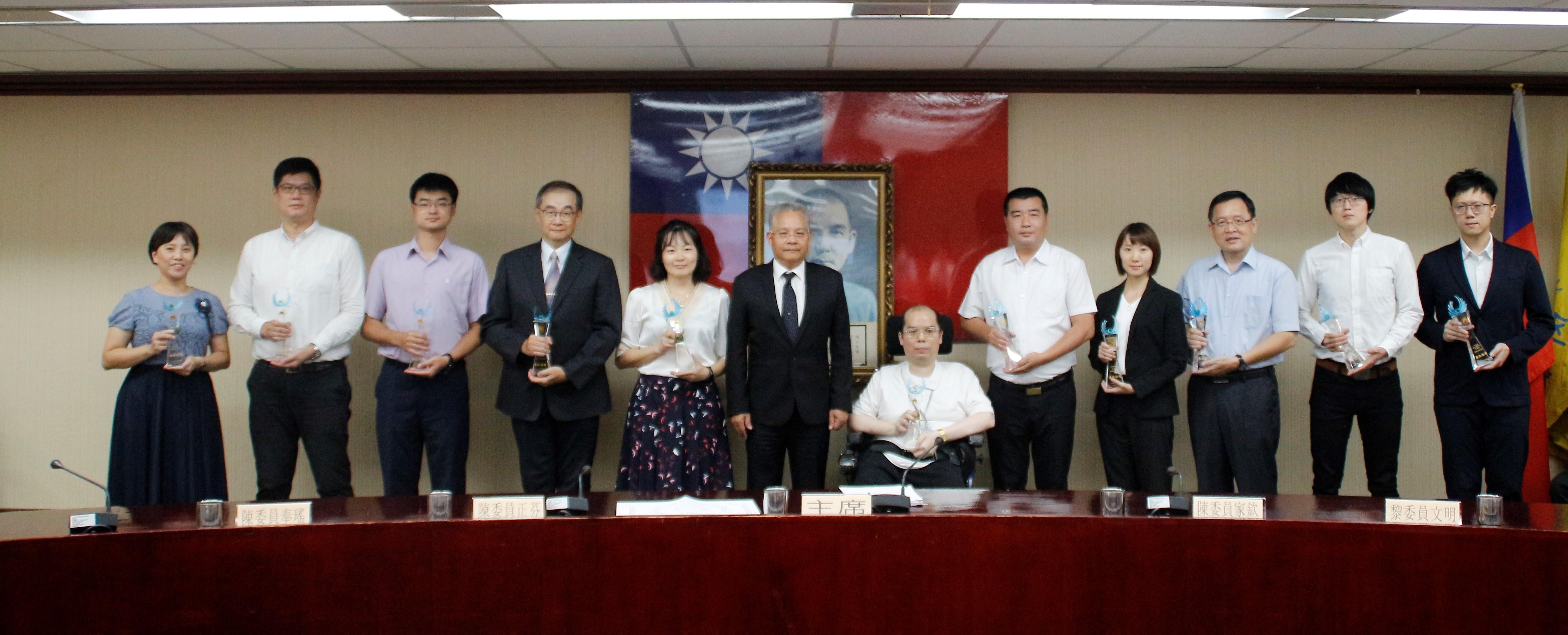 內政部主任秘書陳茂春(左)頒發獎座給11位廉能公務員