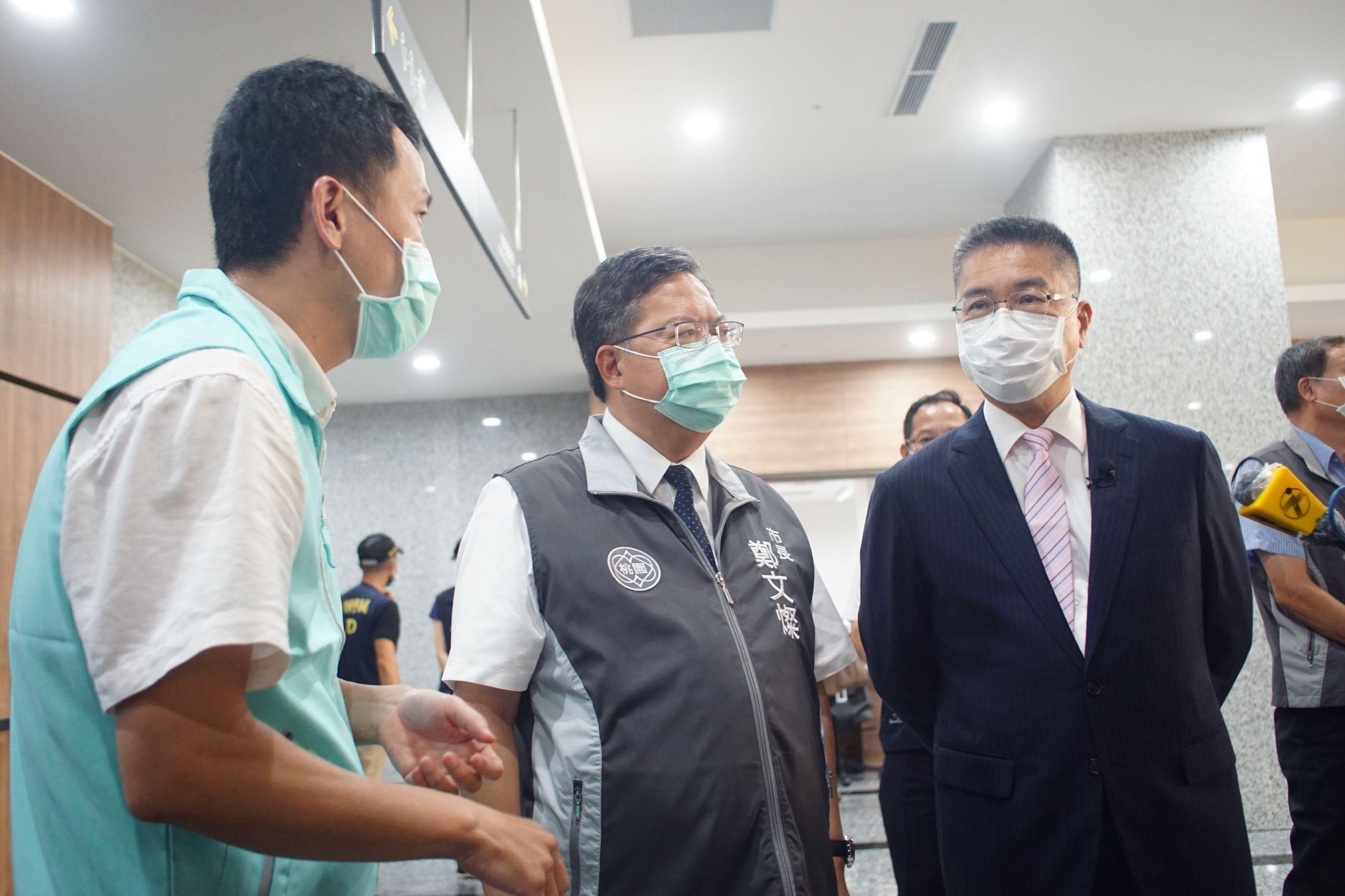 內政部長徐國勇(右)在桃園市長鄭文燦(中)陪同下,視察住宅補貼第一線受理情形。