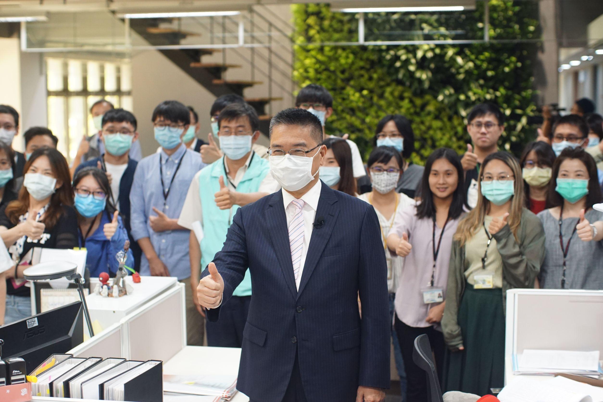 內政部長徐國勇視察住宅補貼第一線受理情形。