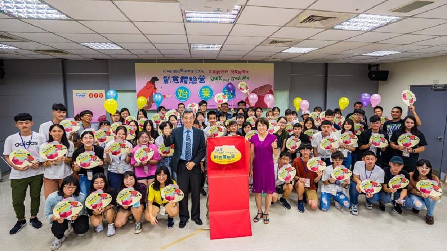 移民署副署長梁國輝(第二排左一)和移民事務組組長黃齡玉啟用儀式(第二排右一)