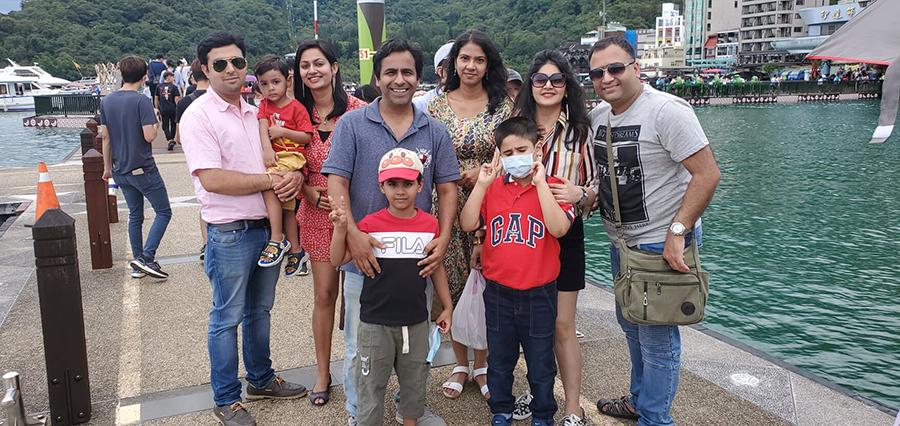 庫納那塔利(左1)與家人暢遊日月潭(庫納那塔利提供)