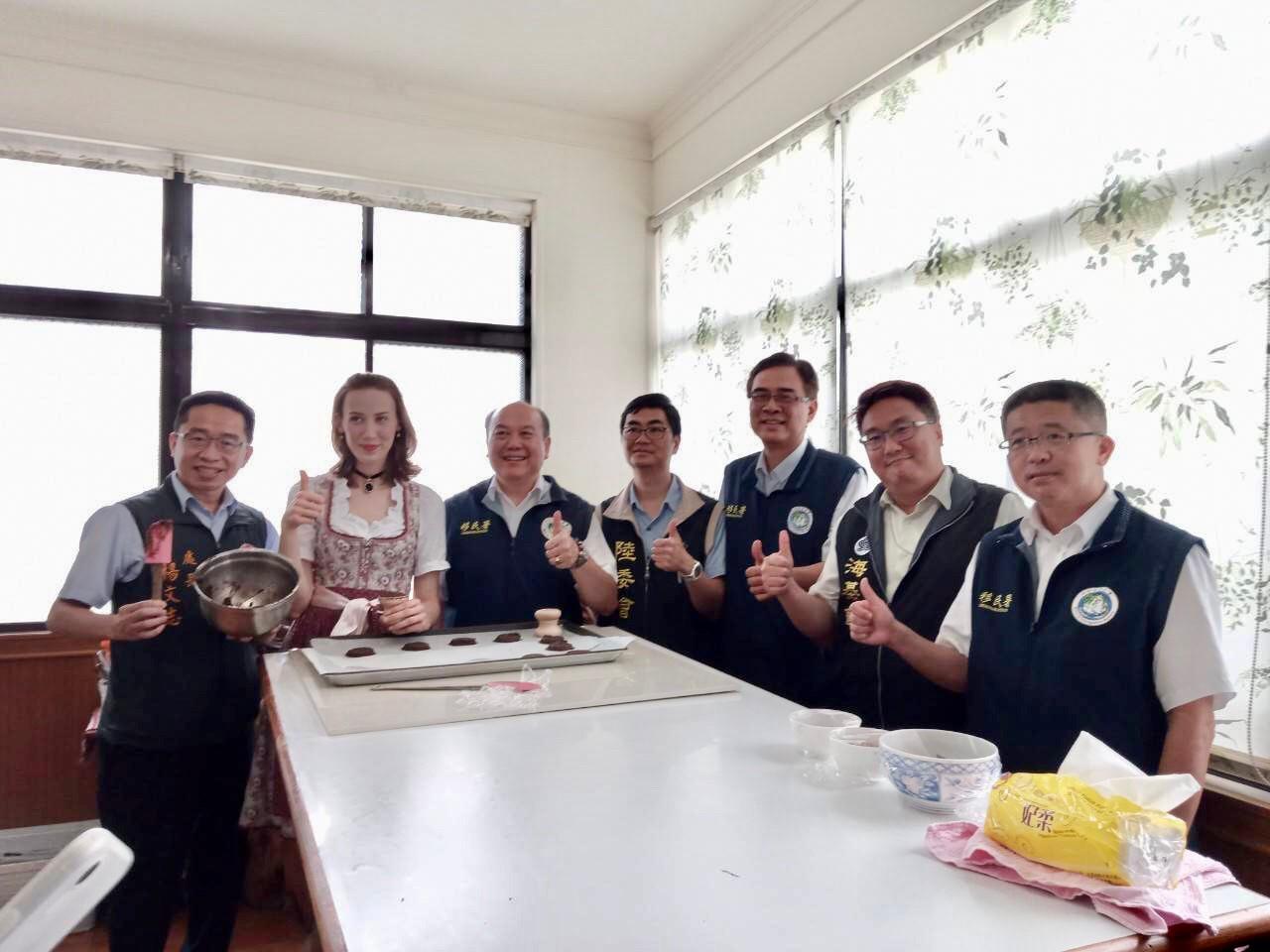 移民署主任秘書林興春(左3)等在德國籍新住民謝薩莉的工作室製作德國薑餅